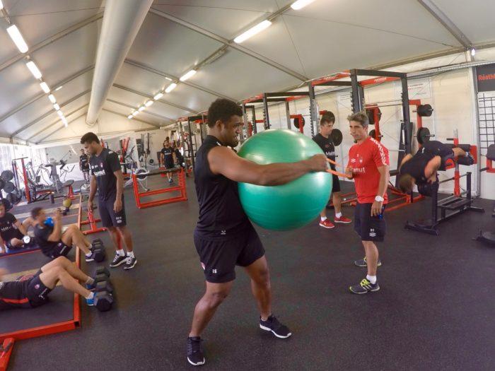 Benjamin Del Moral accompagnant Napolioni Nalagaau cours d'un exercicede core training.