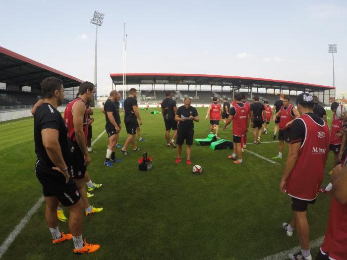 Pierre Mignoni et ses joueursavant un atelier rugby.